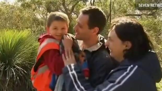 Simon, sept ans, dit avoir été sauvé par des kangourous. Ici, juste après avoir été secouru. Il retrouve ses parents.