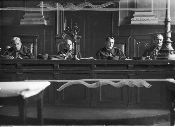 """Skład sędziowski w sprawie """"wyprawy myślenickiej"""". Na zdjęciu między innymi Widoczni m.in.: P. Dysiewicz, W. Frankel, R. Michala."""