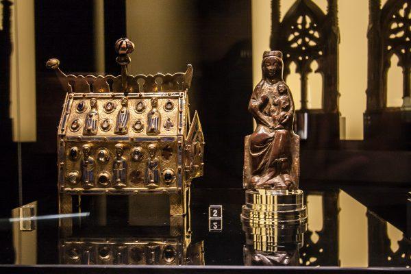 Średniowieczne złotnictwo sakralne to jedne z najciekawszych elementów wystawy w Muzeum Sztuk Użytkowych.