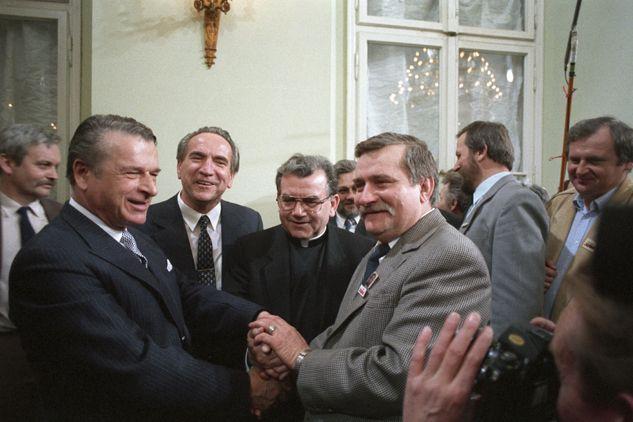 Symboliczny uścisk dłoni Czesława Kiszczaka i Lecha Wałęsy (fot.  PAP/Damazy Kwiatkowski)