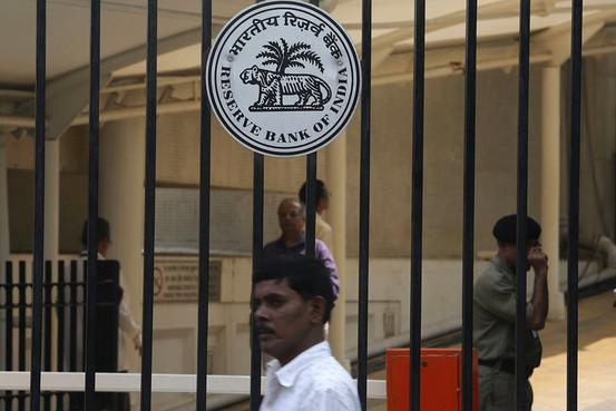 自2015年初以来,印度央行将关键利率下调了2个百分点,试图借此推动贷款增长。