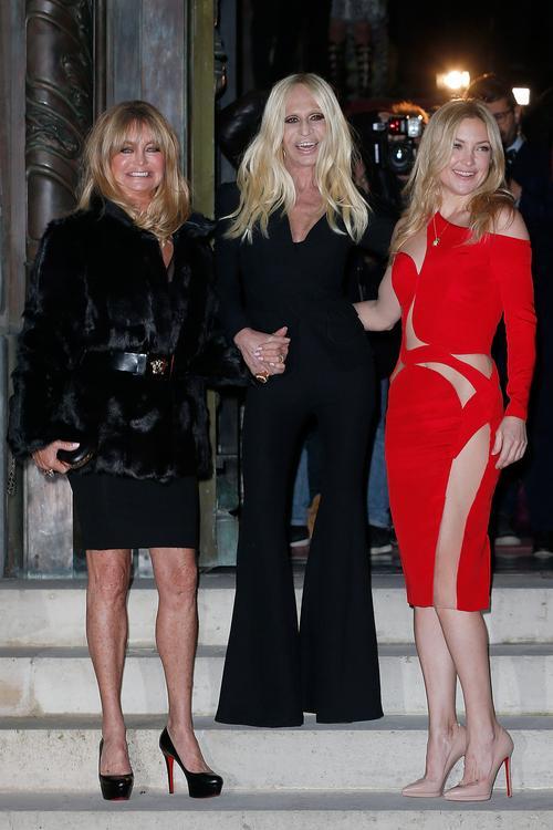 Goldie Hawn, Donatella Versace, e Kate Hudson