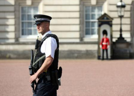 A police officer patrols within the grounds of Buckingham Palace in London, Britain August 26, 2017.  REUTERS/Paul Hackett