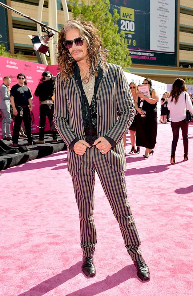 <p>Eternally young and fabulous presenter Steven Tyler brought his usual rock star style to the pink carpet. But wait, where's Tyler's signature scarf?<i><br /></i></p><p><i>(Photo: Lester Cohen/Getty Images)</i></p>