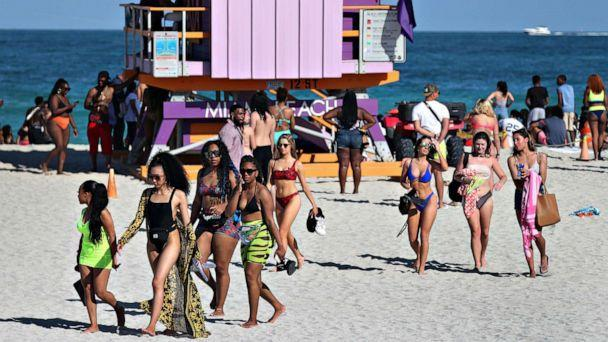 PHOTO: Visitors to the beaches make their way to the exit from South Beach, as the city closes it to prevent the spread of the coronavirus, March 15, 2020 in Miami Beach, Florida (Joe Radle / Getty Images)