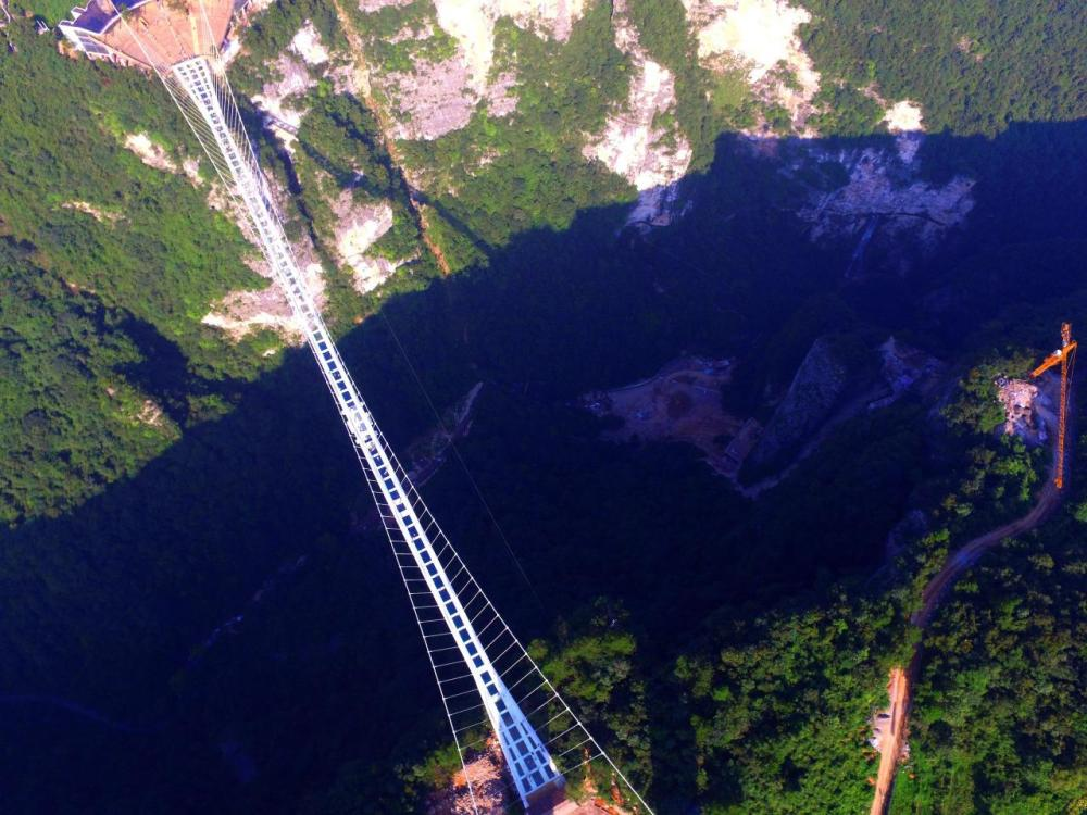 <p>The vertigo-inducing structure stretches more than 430 meters, hovering over a 300-meter-deep valley between two cliffs. (Getty Images)</p>