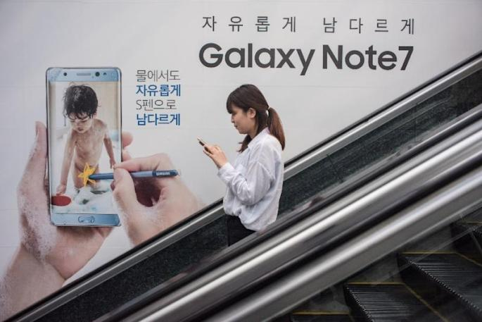 An advertisement for Samsung's Galaxy Note 7 device in Seoul on October 11, 2016 (AFP Photo/Ed Jones)