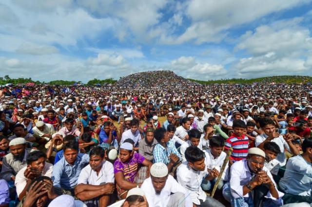 Policjanci powiedzieli, że około 200 000 Rohindżów wzięło udział w pokojowym zgromadzeniu w obozie dla uchodźców w Bangladeszu (AFP Photo / MUNIR UZ ZAMAN)