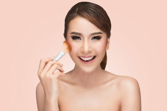Hasil gambar untuk Aplikasikan blush on agar wajah tampak cerah