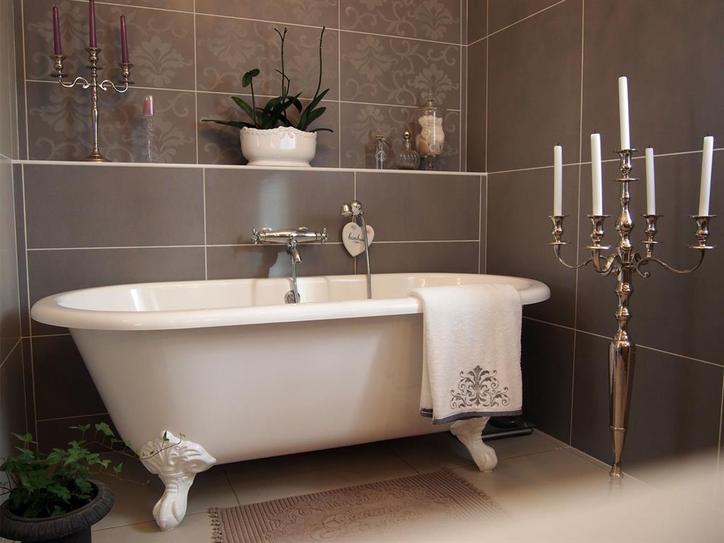baignoire ilot classique et chandeliers