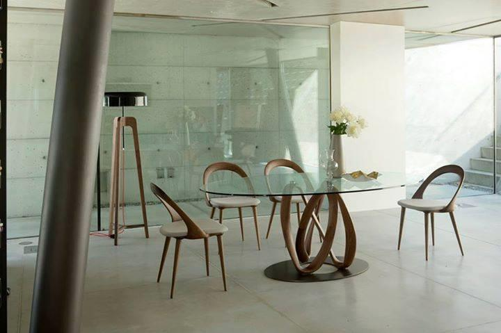 table design en verre et bois et chaises
