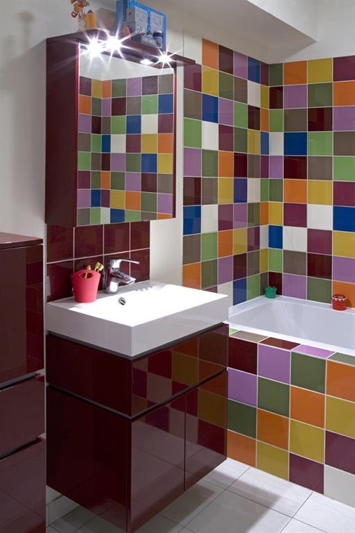 Patchwork De Faience Coloree Et Meubles Aubergine Les Murs Ont Des Oreilles