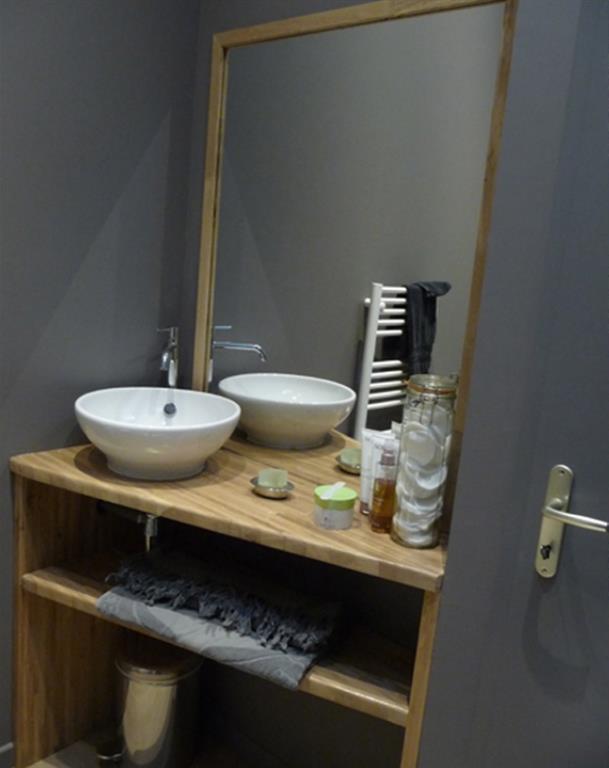 bois dans une salle de bain grise bereal