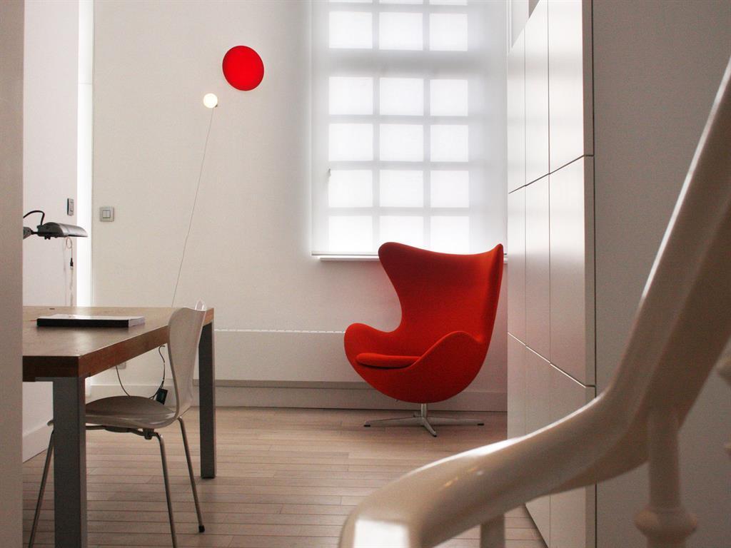 bureau epure en blanc et touche de rouge