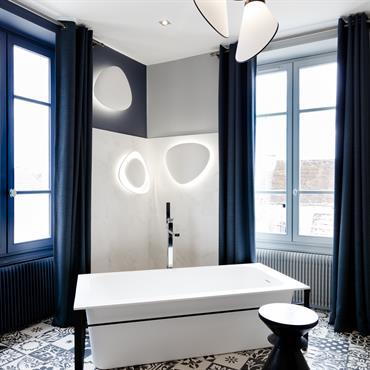 salle de bain moderne et chic en noir et blanc