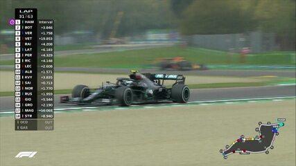 Lewis Hamilton aproveita bandeira amarela e vai para os boxes