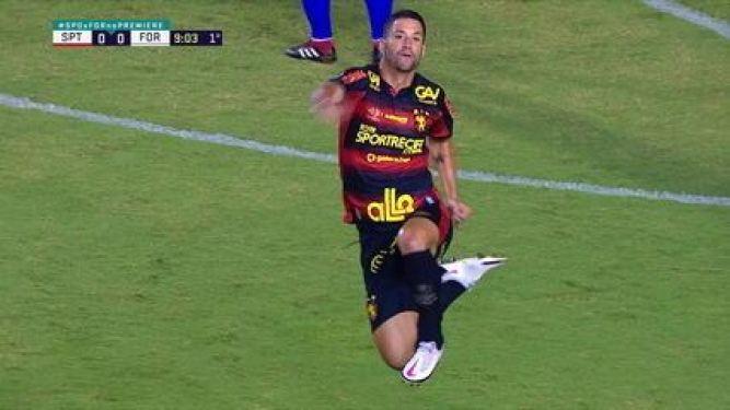 Gol do Sport! Marquinhos cruza atrás para Thiago Neves e o meia bate no canto do gol, aos 9 do 2º