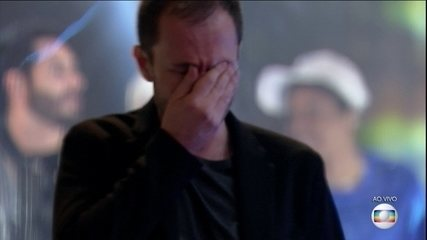 Tiago Leifert cries during BBB21's closing concert