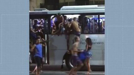VIDEO: people walk on the roofs of buses and enter through windows in Copacabana