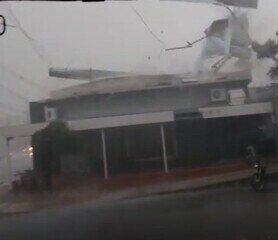 Veja telhado de supermercado desabando e telhado de sorveteria voando com vendaval