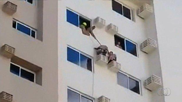 Turista é resgatado de suporte de ar condicionado do 9º andar após cair da janela