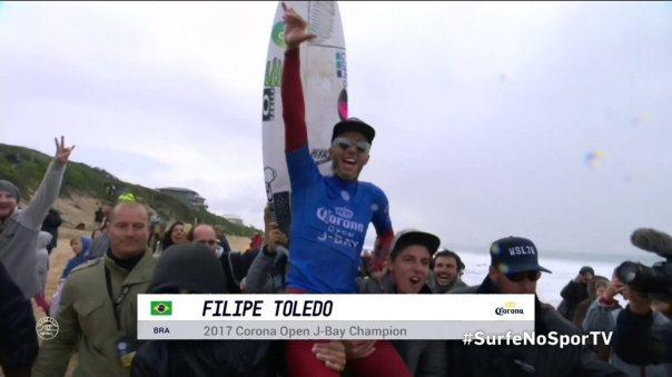 Filipe Toledo comemora conquista e sai carregado por Italo Ferreira e nas areias de J-Bay