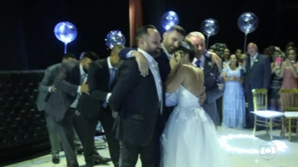 Cadeirante recebe ajuda para dançar valsa com a noiva em casamento e vídeo emociona