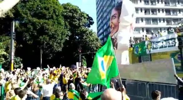 Manifestantes cantam o hino nacional em ato pró-Bolsonaro na Avenida Paulista