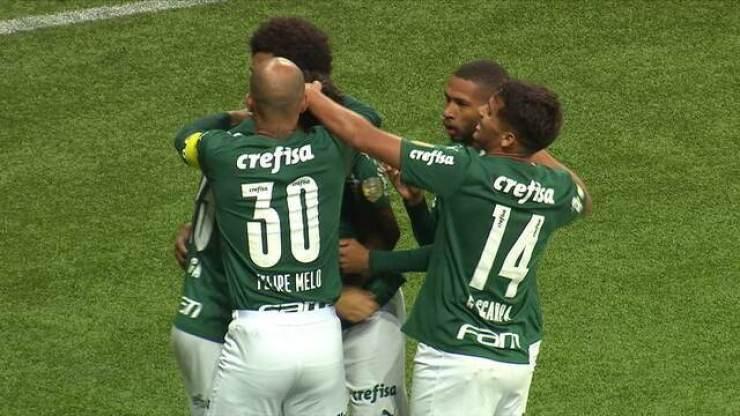 Gol do Palmeiras! Rony puxa contra-ataque e cruza para a área, a bola sobra para Raphael Veiga chutar, aos 3' do 1º T