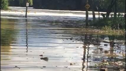 Nível do Rio Tietê baixa e surge mais lixo nas margens em Salto