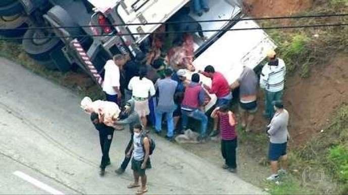 Caminhão carregado de carnes é saqueado após tombar na Rodovia Régis Bittencourt em SP