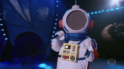 Astronaut sings 'A Lua e Eu'