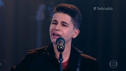 Allonso Pieroni sings 'É O Amor'