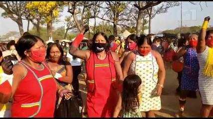 Indígenas dançam em comemoração a voto de Fachin contra marco temporal