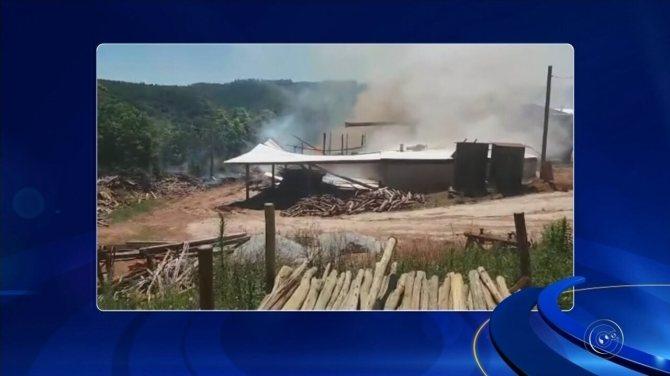 Incêndio atinge e destrói serraria em Ribeirão Branco