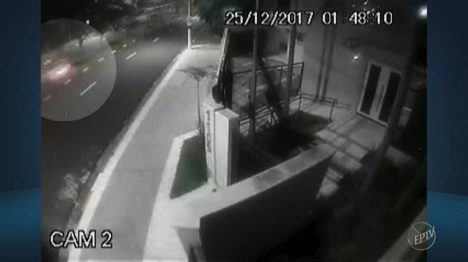 Câmeras de segurança registram momento em que carro de luxo colide com árvore em Campinas