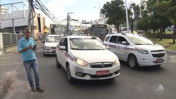 Taxistas fazem protesto e pedem a regulamentação do transporte por aplicativos em Salvador