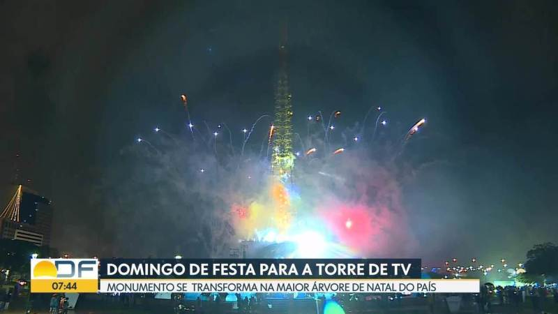 Com festa, Torre de TV vira a maior árvore de natal do país