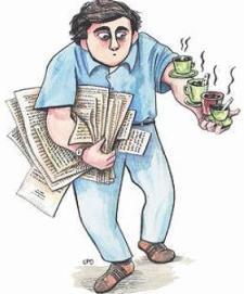 Imagen de un becario con papeles en el brazo derecho y llevando 3 tazas de café en el izquierdo. Fuente: El Economista.