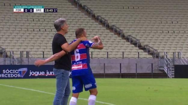 Renato Gaúcho segura Carlinhos, do Fortaleza, e leva cartão amarelo
