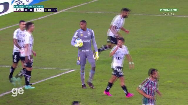 Aos 8 min do 1º tempo - cabeceio na trave de Caio Paulista do Fluminense contra o Santos
