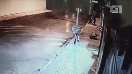 Vídeo mostra momento em que policial é baleado por bando que atacou agências em Botucatu