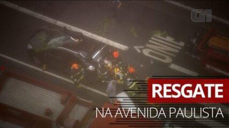 Veja momento do resgate de motorista que teve carro atingido por árvore na Av. Paulista