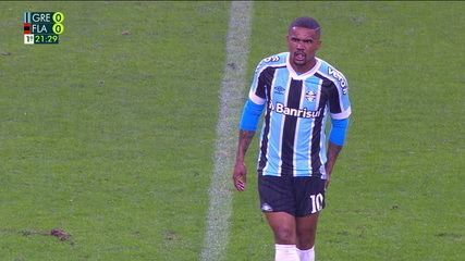 At 21 of the 1st time - Douglas Costa feels discomfort in his thigh and is substituted
