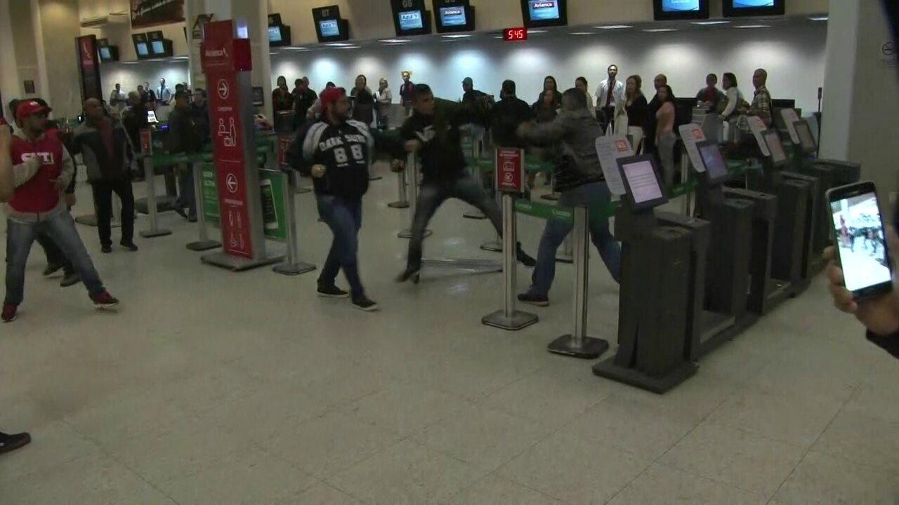 5831990 - VEJA VÍDEO: Manifestantes trocam socos e chutes no Aeroporto Santos Dumont