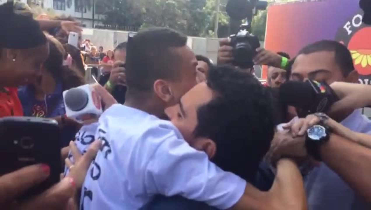 Cantor Luciano deixa o palco de show de 1º de Maio e abraça deficiente