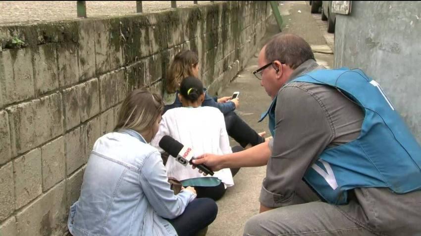 Moradores da Rocinha se abrigam durante tiroteio