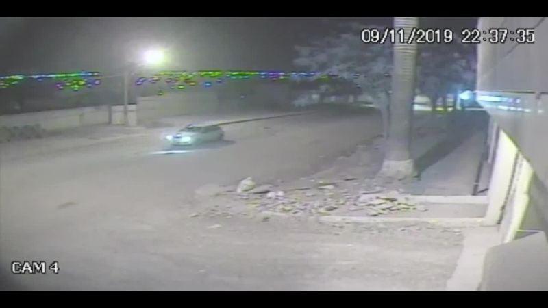 Carro em alta velocidade atinge o muro de duas residências em Vicente Pires, no DF