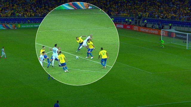 Lupa do lance entre Daniel Alves e Agüero na origem do segundo gol do Brasil