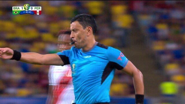 Pênalti do Peru! Bola bate no braço de Thiago Silva e juiz aponta marca do cal, aos 40 do 1º tempo